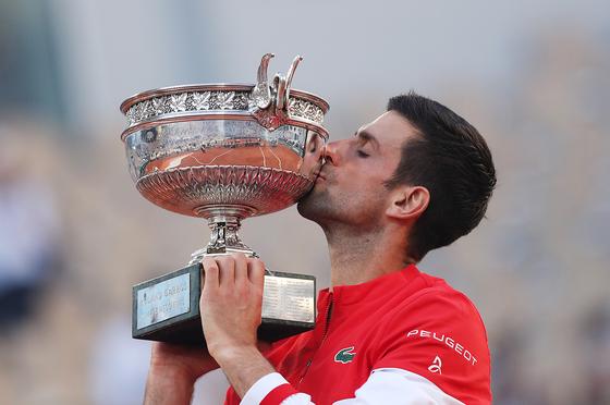 노박 조코비치가 프랑스오픈 테니스 대회 우승 트로피에 입 맞추고 있다. [신화=연합뉴스]