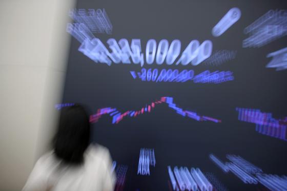 지난 11일 기습적인 업비트의 상장폐지와 유의종목 공지 발표 이후 해당 종목은 일제히 급락했다. 사진은 서울 강남구 업비트 라운지 전광판