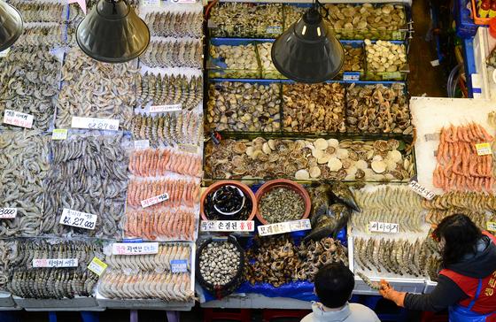 온갖 종류의 해산물이 나와있는 서울 노량진 수산시장. 중앙포토