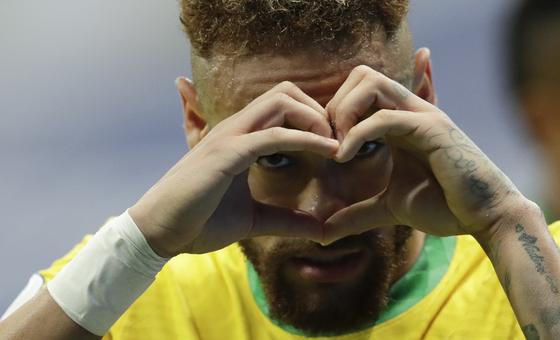 브라질 네이마르가 코파 아메리카 개막전에서 득점 후 하트 세리머니를 하고 있다. 브라질은 이 대회에서 21 연속 홈 경기 무패다. [AP=연합뉴스]