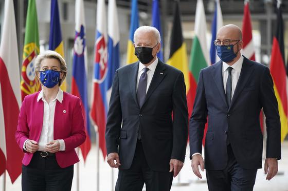 조 바이든 미국 대통령이 15일 샤를 미셸 유럽연합 상임의장과 우르줄라 폰데라이엔 EU 집행위원장과 정상회담을 하기 위해 만났다. [AP=연합뉴스]