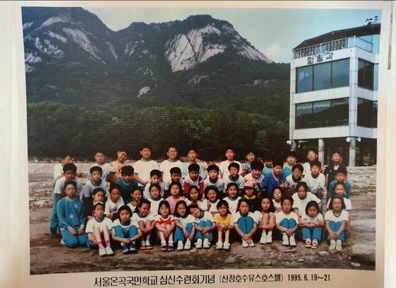 이준석 국민의힘 대표가 지난 1995년 서울 노원구 상계동의 온곡초등학교에 재학 중일 때 수학여행에서의 단체 사진. 세 번째 줄, 오른쪽에서 두 번째에 하얀 옷을 입고 있는 게 이 대표다.