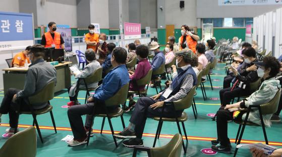 15일 부산 남구 백운포 코로나19 백신접종센터에서 백신을 접종한 시민들이 이상반응을 살피기 위해 대기실에서 앉아 있다. 송봉근 기자