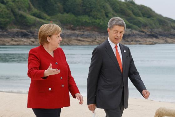 앙겔라 메르켈(왼쪽) 독일 총리와 남편 요아힘 자우어가 2021년 G7 초청국 공식 환영식에 참석한 모습. AFP=연합뉴스