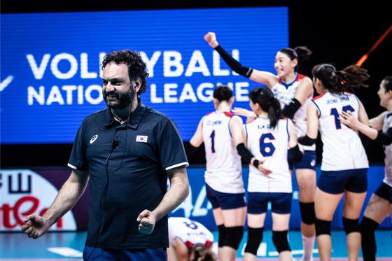라바리니 감독과 김연경이 14일 세르비아를 꺾고 VNL 대회 8연패에서 탈출한 뒤 기뻐하고 있다. 사진=국제배구연맹