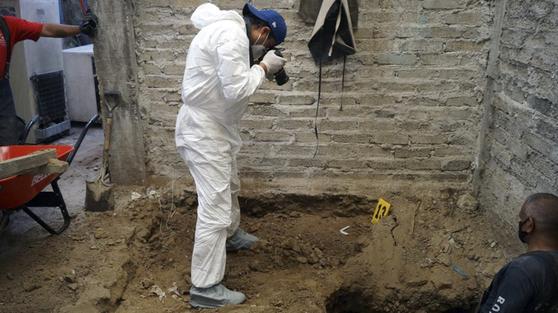 지난 5월 멕시코주 검찰이 연쇄살인 용의자의 주거지를 조사하고 있는 모습. AFP=연합뉴스