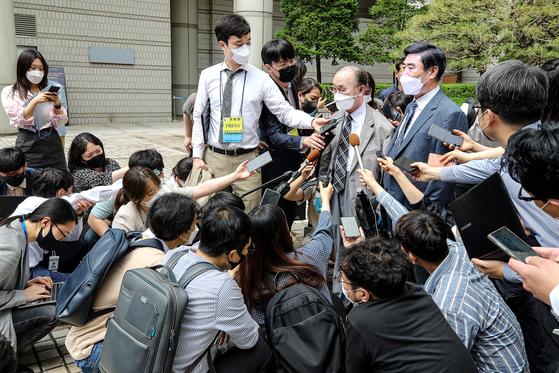 지난 7일 강제징용 소송에서 각하 결정이 내려진 데 대해 소송단 대표와 유족이 기자들에게 항소 의견을 밝히고 있다. [연합]