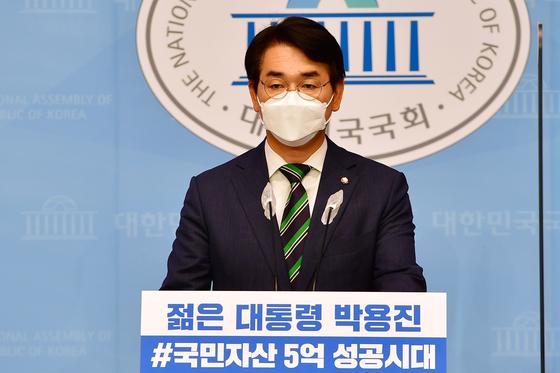 박용진 더불어민주당 의원이 지난 10일 오전 국회 소통관에서 정책 관련 기자회견을 하고 있다. 연합뉴스