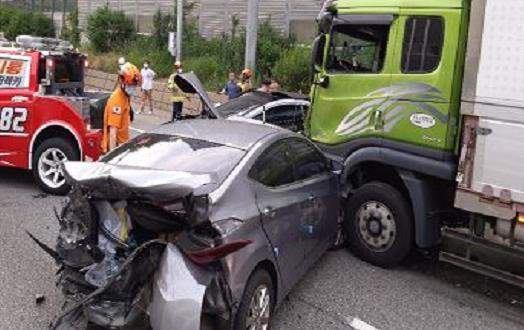 지난해 6월 제2경인고속도로에서 발생한 화물차 등 6중 추돌 사고 현장. [연합뉴스]