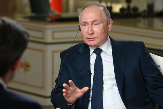 블라디미르 푸틴 러시아 대통령이 미국 NBC방송과 지난 14일(현지시간) 인터뷰했다. AP=연합뉴스