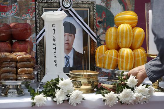 지난 9일 오후 서울 세종대로 정부서울청사 앞에서 열린 고(故) 이선호씨 49재 모습. 뉴스1