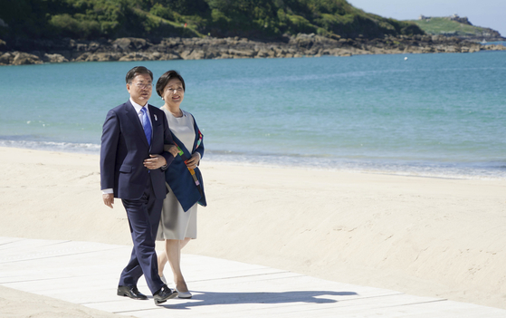 G7 정상회의 참석차 영국을 방문 중인 문재인 대통령이 부인 김정숙 여사와 함께 12일(현지시간) 영국 콘월 카비스베이 해변 가설무대에서 열린 초청국 공식 환영식에 참석하고 있다. 연합뉴스