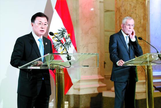 문재인 대통령과 알렉산더 판데어벨렌 오스트리아 대통령이 14일 빈 호프부르크궁에서 기자회견을 하고 있다(왼쪽 사진). 1892년 양국 수교 후 한국 대통령의 오스트리아 방문은 이번이 처음이다. [뉴시스]