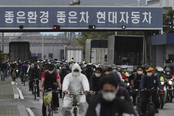 현대자동차 울산공장 명촌정문에서 1조 근로자들이 퇴근하고 있다. [뉴스1]
