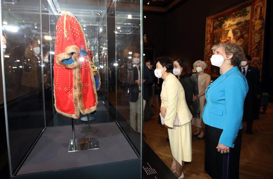오스트리아를 국빈 방문중인 김정숙 여사가 14일(현지시간) 비엔나 미술사박물관을 방문, 전시된 조선 왕자의 투구와 갑옷을 관람하고 있다. 연합뉴스