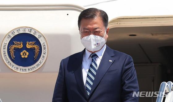 한미정상회담에 참석한 문재인 대통령이 마스크를 쓰고 있다. 문 대통령은 미국에 머물면서 1.2심에서 패소한 강규형 명지대 교수의 해임무효 청구소송에 대해 상고장을 냈다.            뉴시스