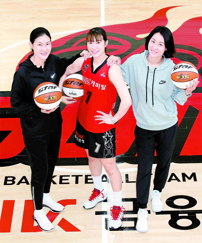 고향 팀 부산 BNK에 입단한 강아정(가운데). 고교 선배 박정은(왼쪽) 감독·변연하 코치와 힘을 합쳐 우승하는 꿈을 꾼다. 송봉근 기자