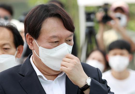윤석열 전 검찰총장이 9일 오후 서울 중구 남산예장공원 개장식에서 마스크를 고쳐쓰고 있다. 우상조 기자