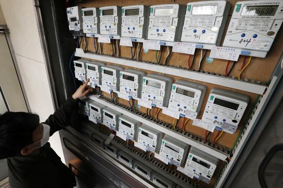 서울의 한 다세대주택에서 관리인이 전기 계량기를 살펴보고 있다. 뉴스1