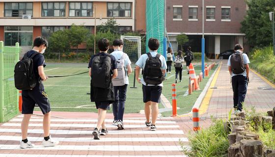 수도권 중학교 등교수업이 확대된 14일 서울 동대문구 장평중학교에서 학생들이 등교를 하고 있다. 뉴스1