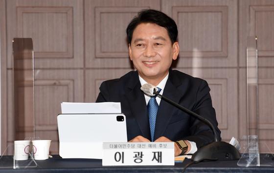 대선출마를 선언한 이광재 더불어민주당 의원이 15일 오후 서울 중구 프레스센터에서 열린 한국기자협회 초청 토론회에 참석해 미소를 짓고 있다. 오종택 기자