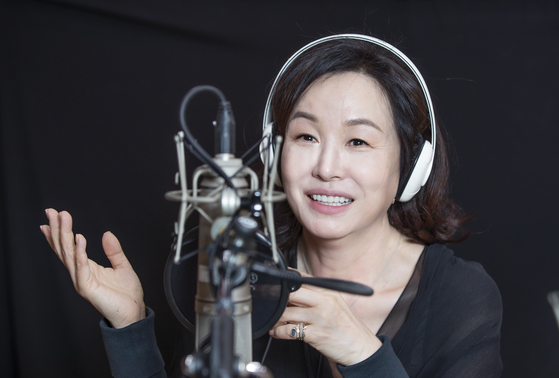 배우 김미숙 씨가 11일 여의도 KBS 라디오 스튜디오에서 포즈를 취하고 있다. 권혁재 기자