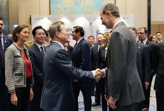2019년 10월 24일 문재인 대통령이 국빈방한한 펠리페 6세 스페인 국왕과 '한-스페인 비즈니스 포럼'에 참석한 뒤 작별 인사를 하고 있다. 청와대사진기자단