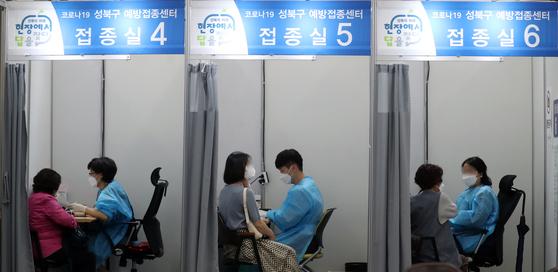 시민들이 15일 서울 성북구 코로나19예방접종센터에서 백신을 맞고 있다. 뉴스1