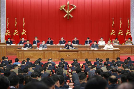 북한이 15일 노동당 8기 3차 전원회의를 개최했다고 관영 노동신문 등이 16일 보도했다. 김정은 국무위원장이 이날 회의를 진행했다. [뉴스1]