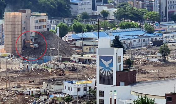 9일 발생한 17명의 사상자를 낸 철거 건물 붕괴사고와 관련 지난 1일 철거 업체가 해체계획서를 준수하지 않고 철거를 진행했음을 증명하는 사진이 나왔다. 사진에는 굴착기가 건물의 저층을 일부 부수고 있는 모습이 찍혔다. 연합뉴스