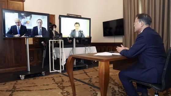 문재인 대통령이 15일 오스트리아 빈의 한 호텔에서 독일 제약사 큐어백의 프란츠 베르너하스 대표와 화상 면담을 하고 있다. [연합뉴스]