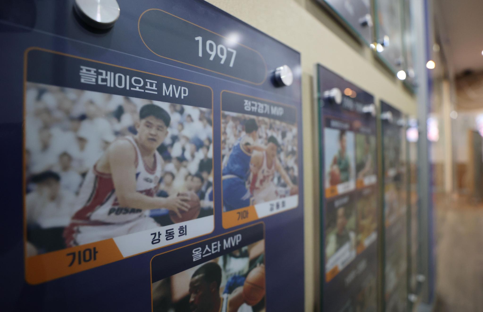 강동희 복권을 다룬 재정위가 열린 KBL 복도에는 그의 MVP 사진이 걸려 있다. [연합뉴스]