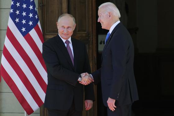 조 바이든 미국 대통령(오른쪽)과 블라디미르 푸틴 러시아 대통령이 16일 스위스 제네바에서 만났다. [AP=연합뉴스]