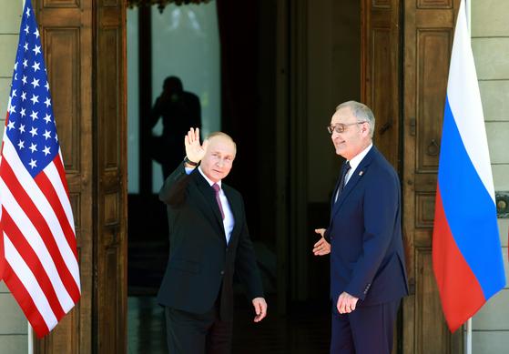 """[속보] """"바이든-푸틴, 첫 정상회담 시작""""[AFP]"""
