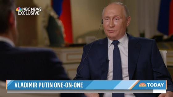 11일(현지시간) 모스크바 크렘린궁에서 블라디미르 푸틴 러시아 대통령이 미국 NBC 뉴스의 키어 시먼스 기자와 인터뷰하고 있다. [NBC 홈페이지 캡처]