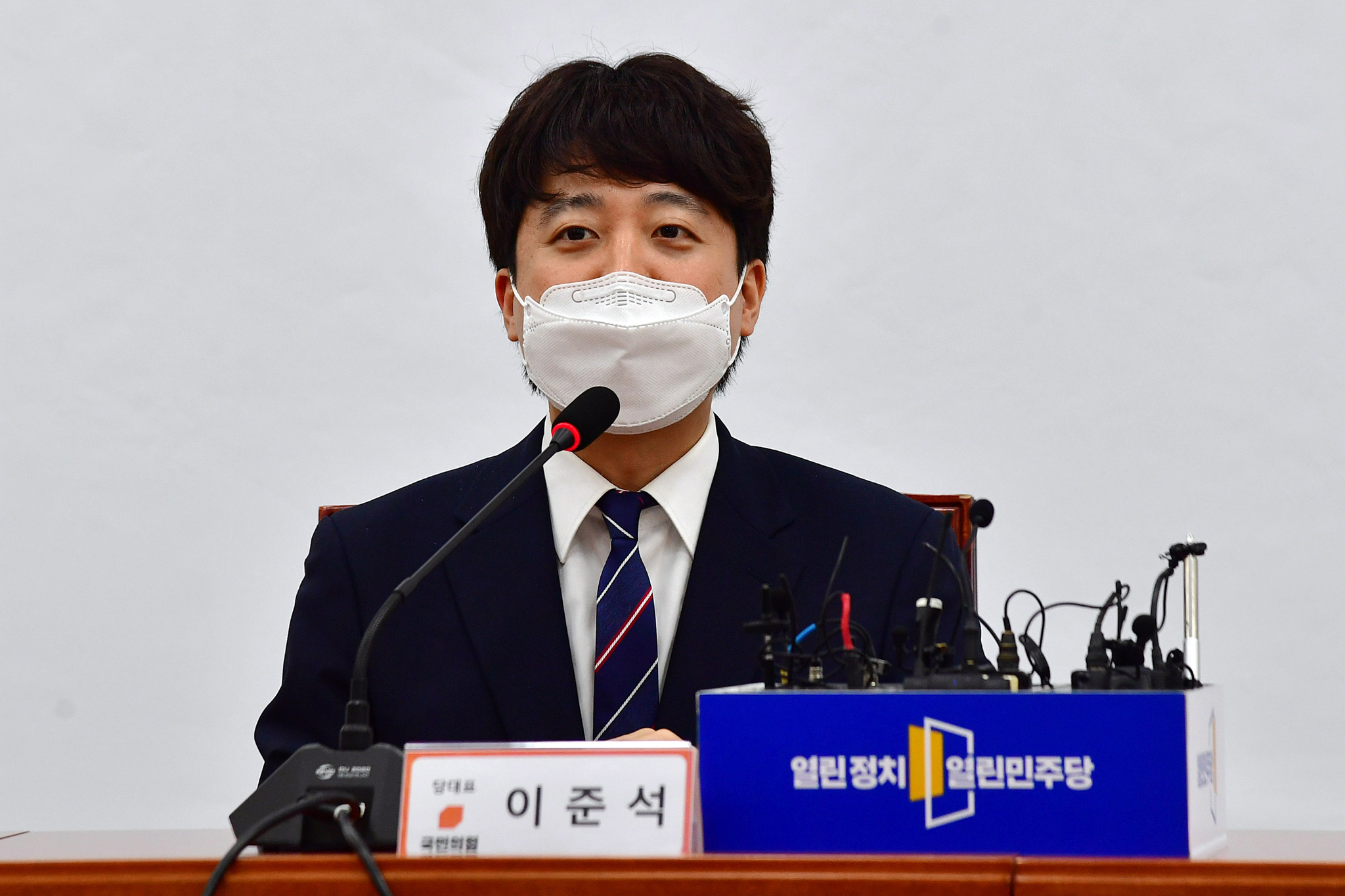 이준석 국민의힘 대표가 16일 오후 국회에서 열린민주당 최강욱 대표를 예방해 인사말을 하고 있는 모습. 오종택 기자