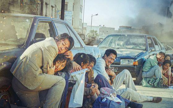 극장가의 매출 지원 속에 올 여름 개봉하는 '모가디슈'. 총제작비 250억원대로 추산되는 '텐트폴' 영화다. [사진 롯데엔터테인먼트]