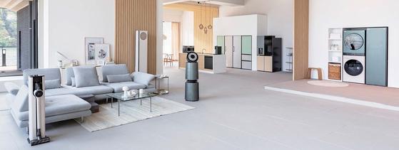'LG 오브제컬렉션'은 집안 곳곳에서 사용하는 가전제품을 통일감 있고 조화로운 디자인으로 구현해 하나씩 모을수록 인테리어를 완성하는 느낌을 준다. 사진은 'LG 오브제컬렉션' 스타일러·얼음정수기냉장고·에어컨 등으로 인테리어한 공간. [사진 LG전자]