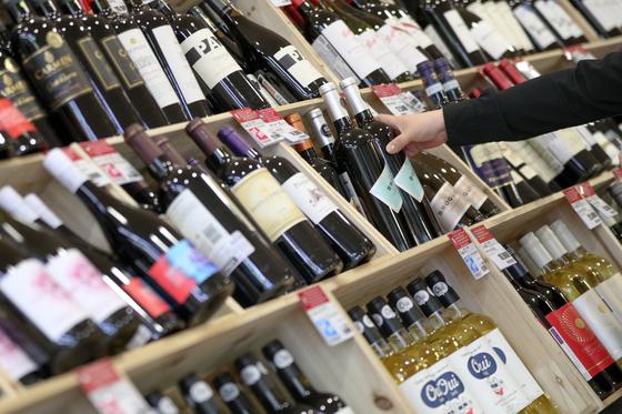 서울 도심의 한 대형마트 매대에 수입 와인이 진열돼 있다. 뉴스1