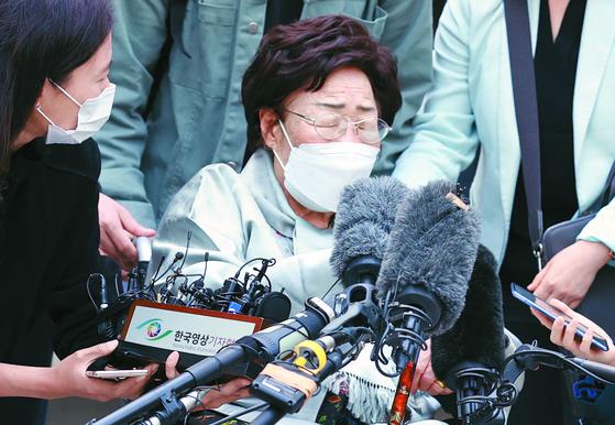 지난 21일 서울 서초구 중앙지방법원에서 일본군 위안부 피해자들이 일본 정부를 상대로 국내 법원에 제기한 두 번째 손해배상 청구 소송 선고 공판이 끝난 뒤 이용수 할머니가 판결에 대한 입장을 밝힌 뒤 눈을 감고 있다.   연합뉴스