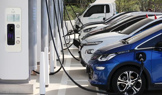 경부고속도로 안성휴게소 초고속 전기차 충전소가 전기차들로 가득 차 있다. [중앙포토]