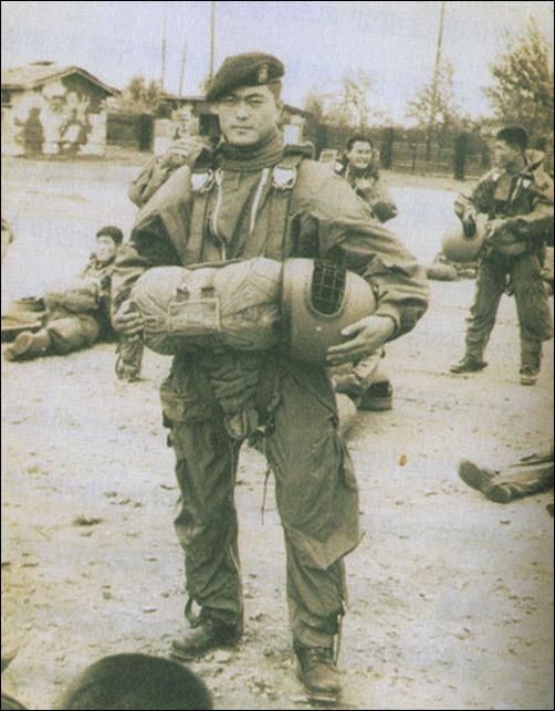 문재인 대통령은 1975년 8월에 군에 입대해 지금은 특전사로 불리는 공수부대에서 병장으로 병역을 마쳤다. 현 정부는 역대 어느 정부보다 낙하산 인사가 많다는 지적을 받고 있다. [인터넷 캡쳐]