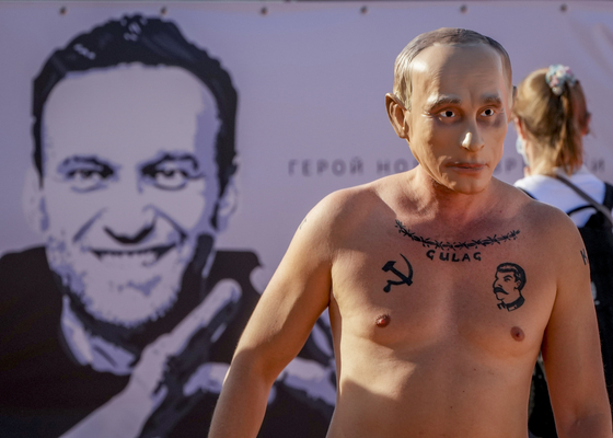 지각대장 푸틴 벌써 도착? 웃통 깐채 노비촉 든 男 정체