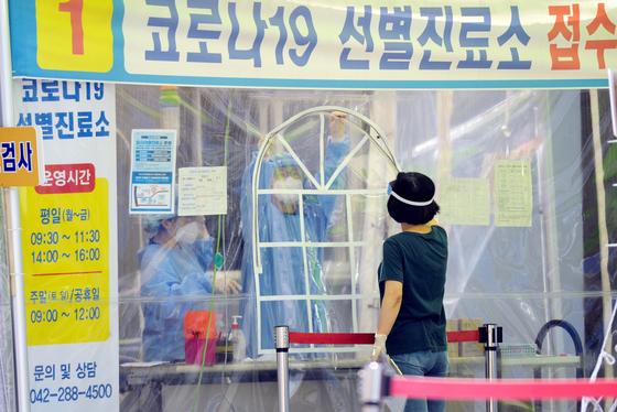 대전의 한 보건소에 마련된 코로나19 선별진료소에서 의료진들이 시민들을 검사하기 위해 준비하고 있다. [프리랜서 김성태]