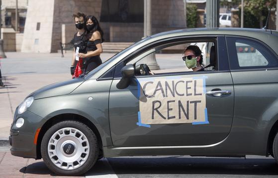 지난해 4월 미국 LA에서 임대료 감면을 요구하는 팻말을 붙이고 차량 시위에 나선 시민의 모습. [EPA=연합뉴스]