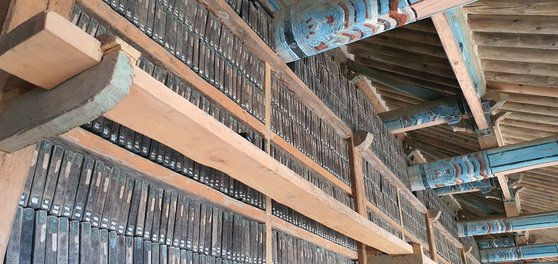 해인사는 부처님의 법이 담긴 팔만대장경을 모시고 있는 법보 종찰이다. 대장판전 내부의 모습이다.