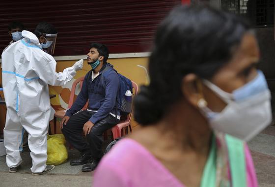16일(현지시각) 인도 의료진이 벵갈루루 기차역에서 코로나19 진단검사를 하고 있다. 연합뉴스