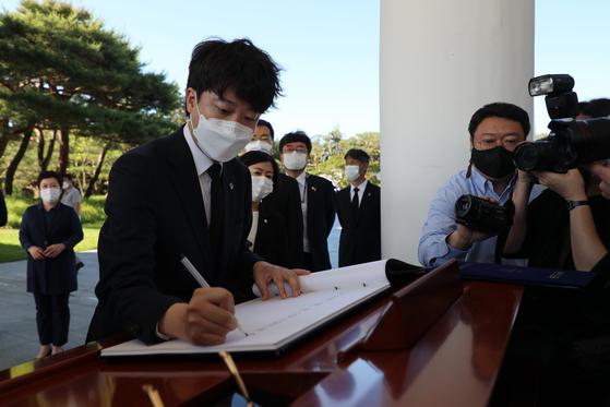 이준석 국민의힘 대표가 16일 오전 서울 동작구 국립현충원을 찾아 참배를 마친 뒤 방명록을 작성하고 있다. 뉴스1