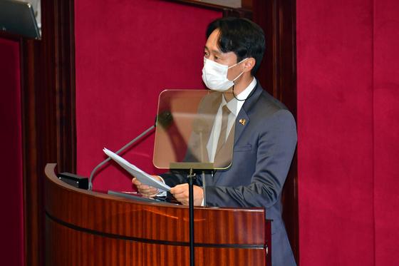 이탄희 더불어민주당 의원이 지난 1월 4일 서울 여의도 국회 본회의장에서 '사법농단' 연루 법관(임성근) 탄핵소추안 제안설명을 하고 있다. 뉴스1
