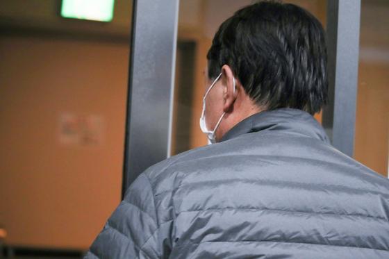 윤석열 전 검찰총장이 서울 서초구에 위치한 부인 김건희씨가 운영하는 전시기획사 코바나컨텐츠에서 나와 엘리베이터로 향하고 있다. 연합뉴스